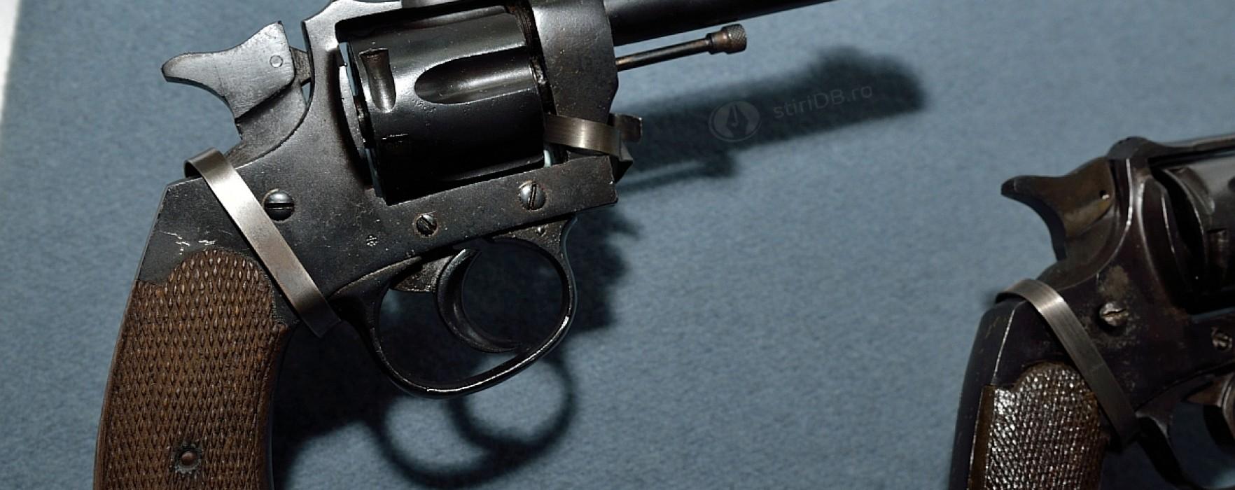 Dâmboviţa: 20 de revolvere, găsite de un bărbat îngropate în curtea casei