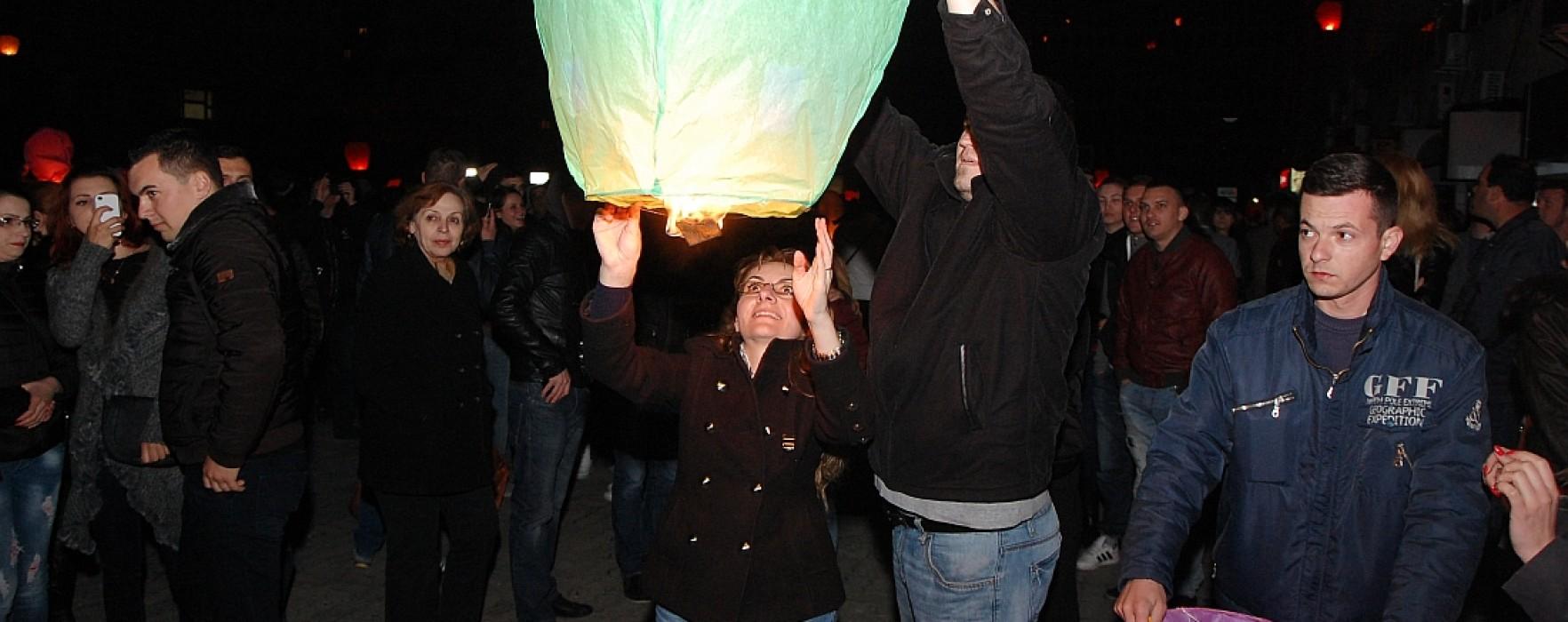 2014 lampioane, lansate la Târgovişte pentru a marca Ora Pământului (foto)