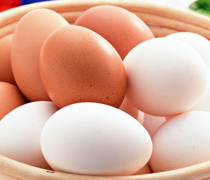 Care este adevărata diferență între ouăle albe și cele maro