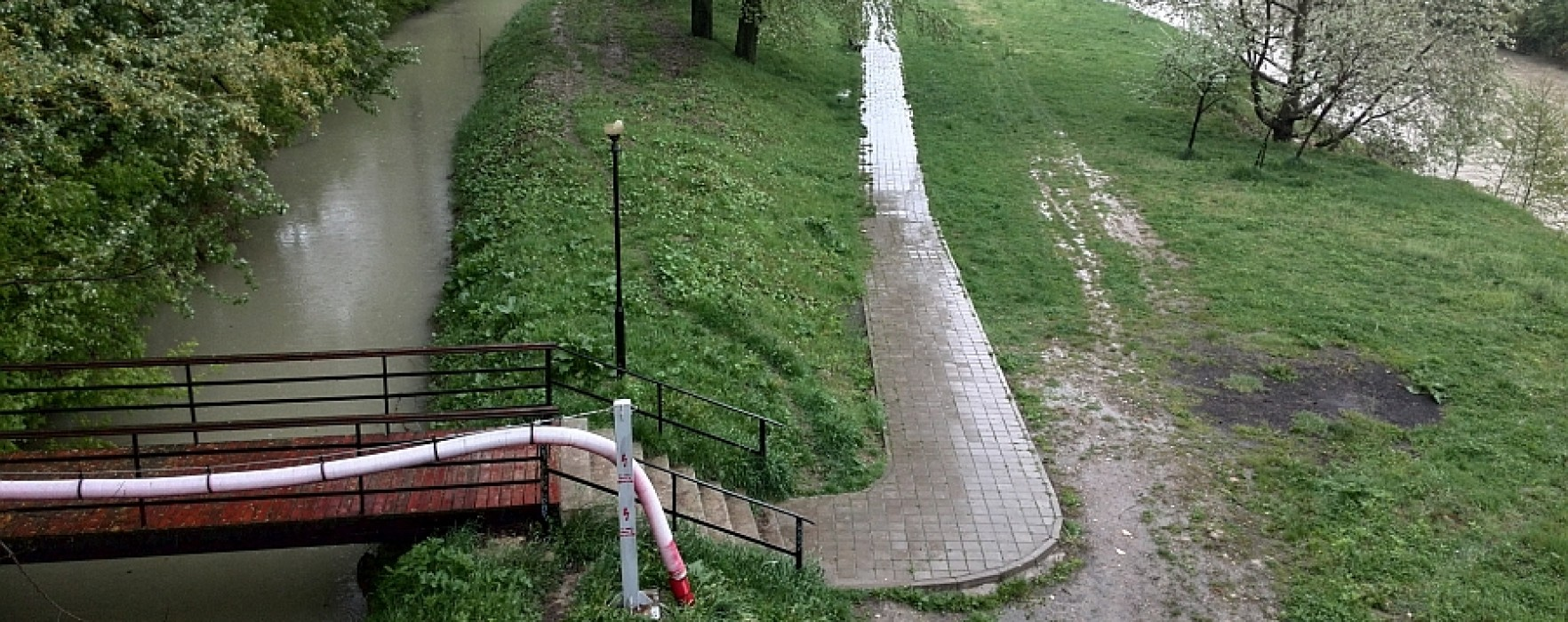 Accesul în parcul Mihai Bravu din Târgovişte, interzis din cauza surpării malurilor Ialomiţei