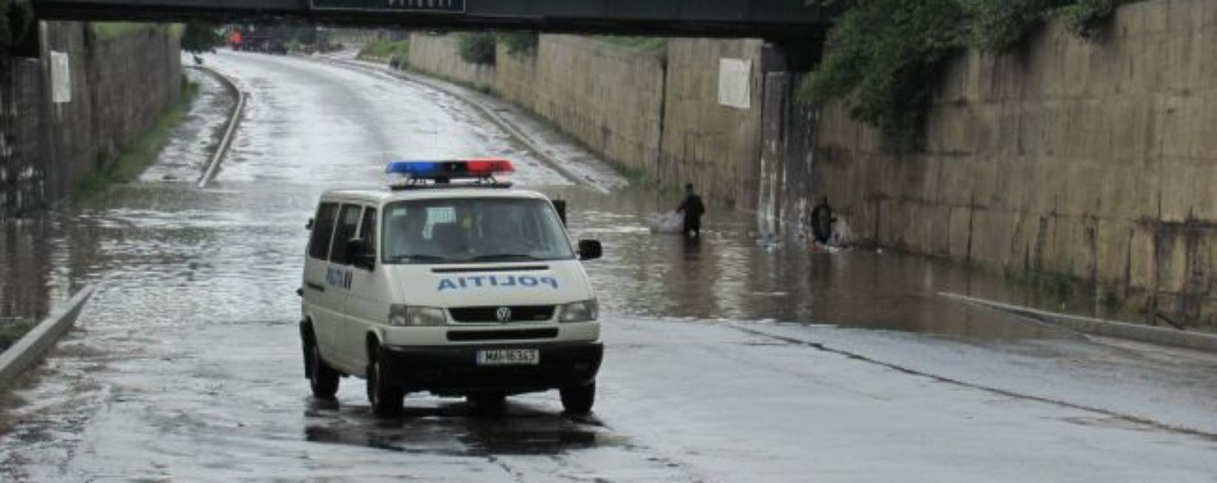Dâmboviţa: Pasaj rutier de la ieşirea din Târgovişte, inundat în urma precipitaţiilor; circulaţia deviată