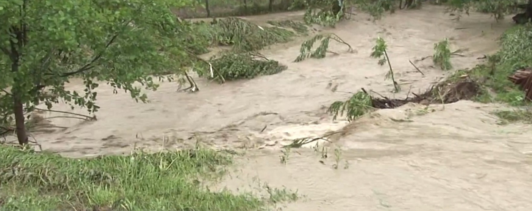 Prefectura Dâmboviţa: Gospodării inundate şi drumuri afectate de alunecări de teren