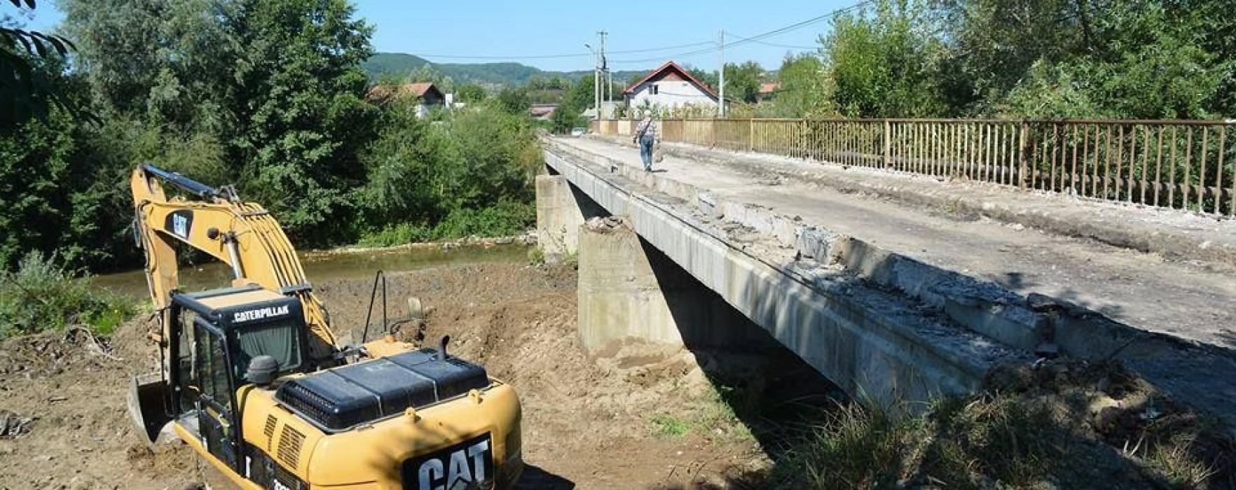 Pucioasa: Au început lucrările de demolare la podul (de pe strada Unirii) peste Bizdidel