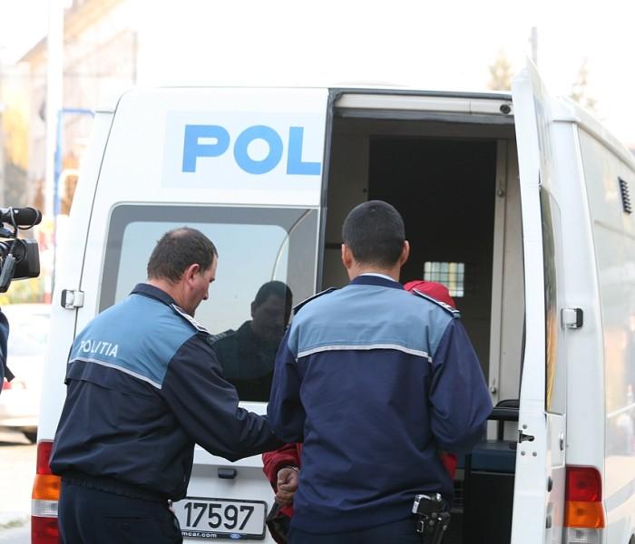 Dâmboviţa: Bărbat bănuit de furtul unei sume mari de bani de la mama iubitei sale, reţinut de poliţişti