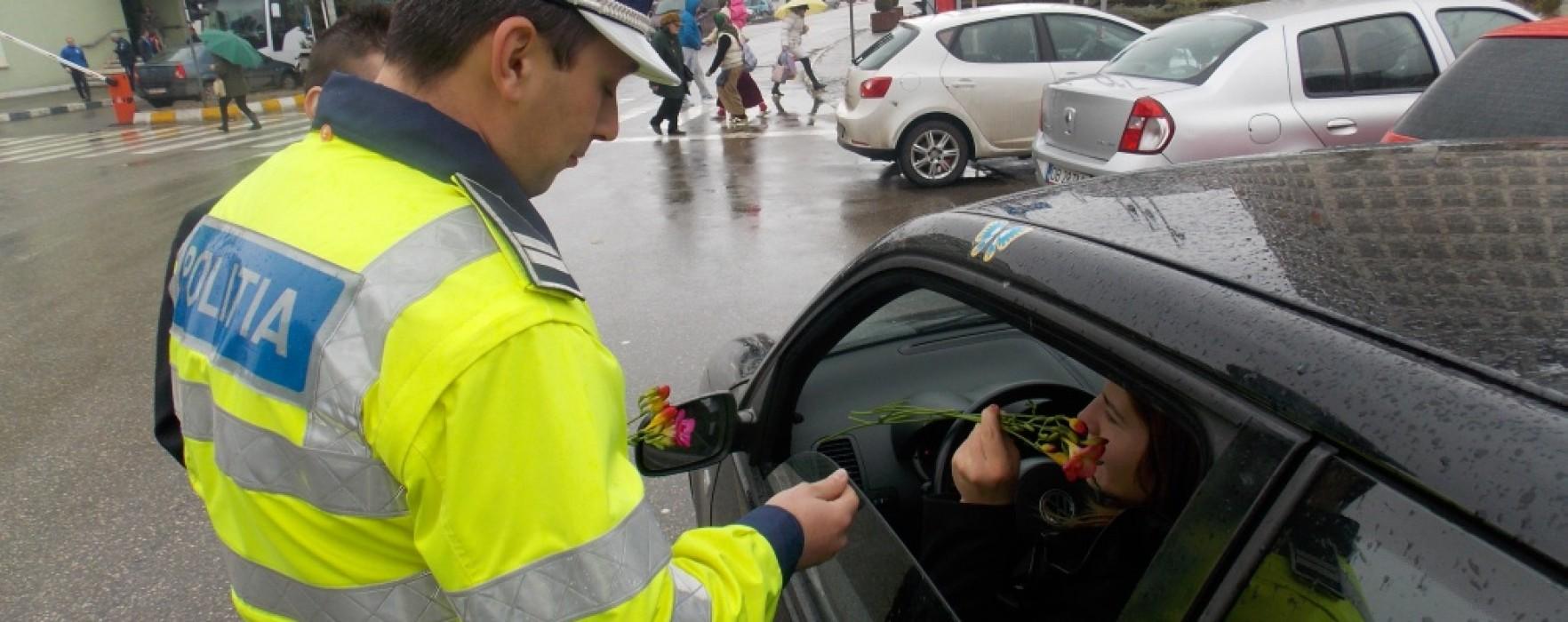 Poliţiştii dâmboviţeni oferă flori şoferiţelor, de 8 martie