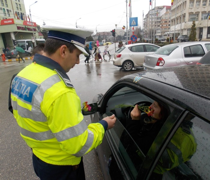 Poliţiştii dâmboviţeni au oferit flori participantelor la trafic, de 8 martie