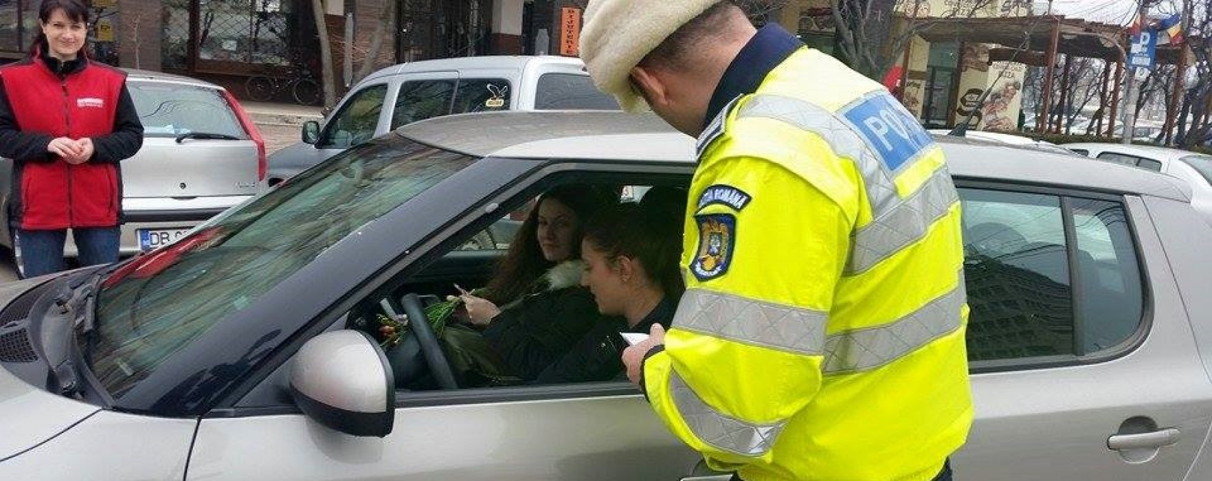 Poliţiştii dâmboviţeni au oferit flori şoferiţelor, pe 1 martie
