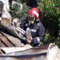 Dâmboviţa: Bătrână găsită decedată într-o casă care a luat foc, cel mai probabil s-a intoxicat cu fum