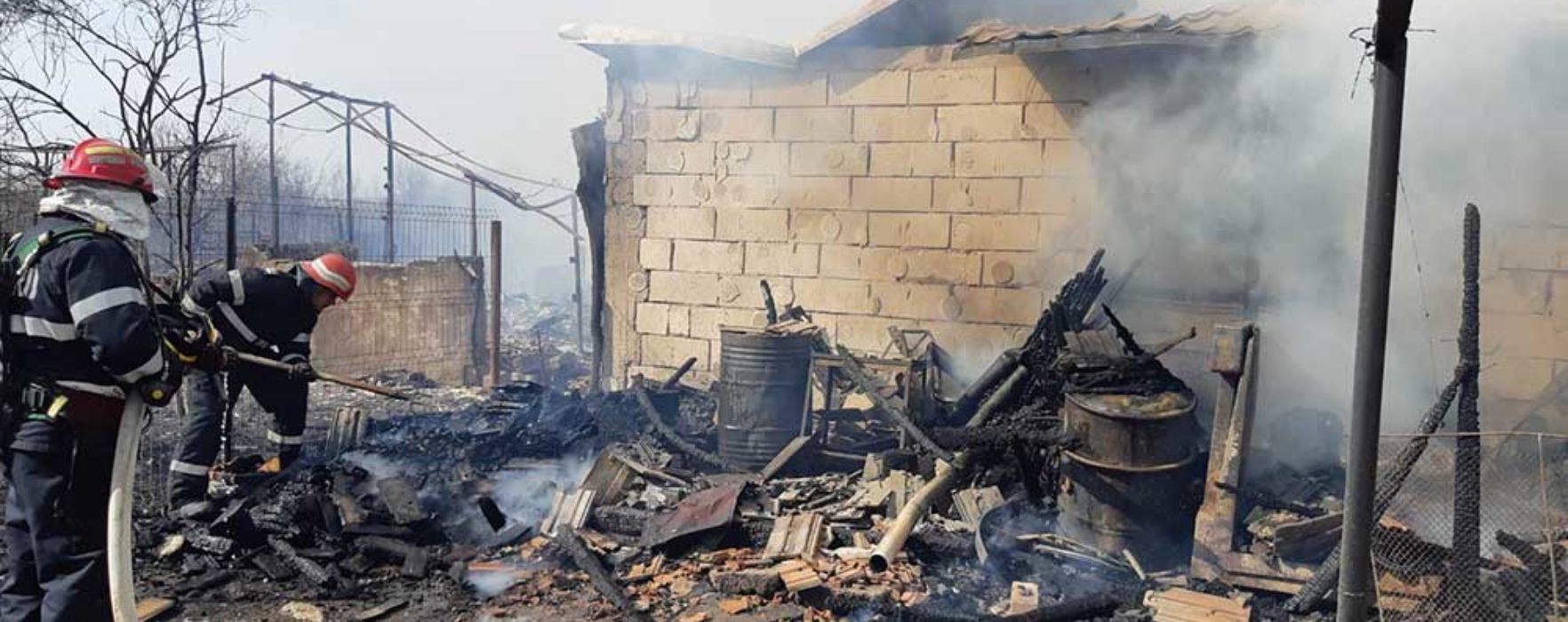 Dâmboviţa: Incendiu extins la două case în Răcari, după ce o femeie a dat foc în curte unor resturi de vegetaţie