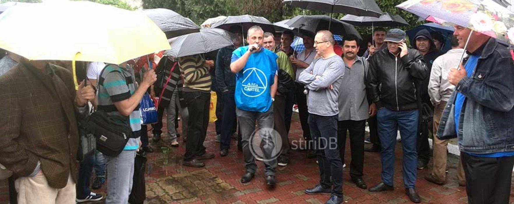 Circa 300 de salariaţi COS Târgovişte au protestat pentru drepturi salariale şi oprirea demolării combinatului