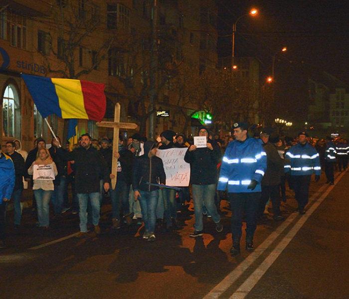 Peste 500 de persoane protestează, joi, pe străzile Târgoviştei