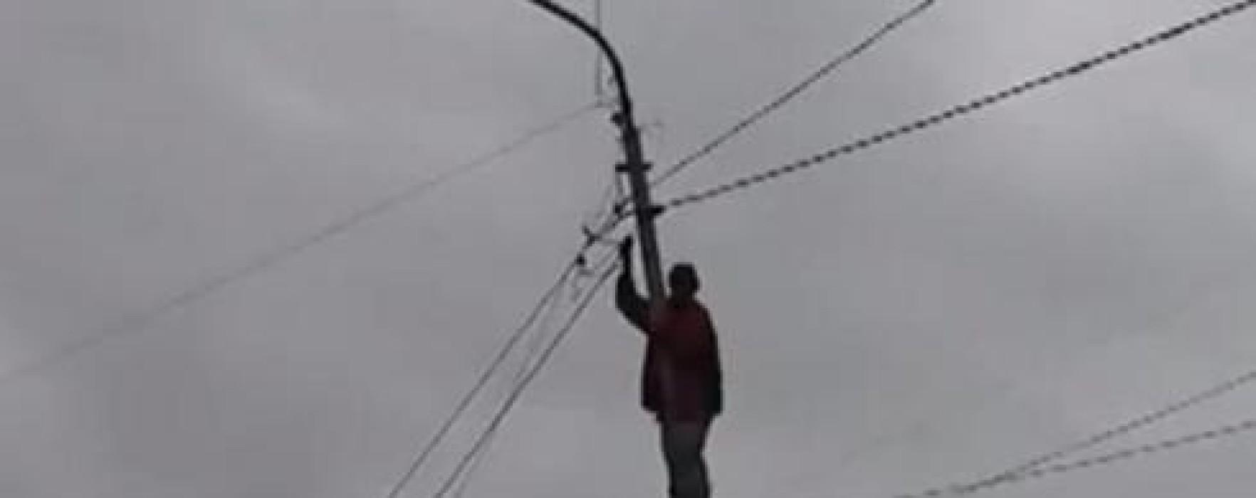 Un bărbat a protestat câteva ore pe un stâlp, la Colanu