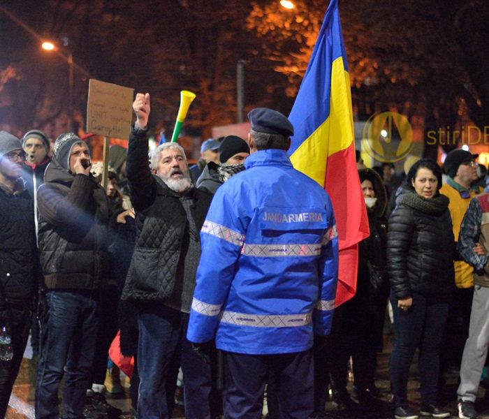 Câteva sute de persoane protestează, vineri, pe străzile Târgoviştei