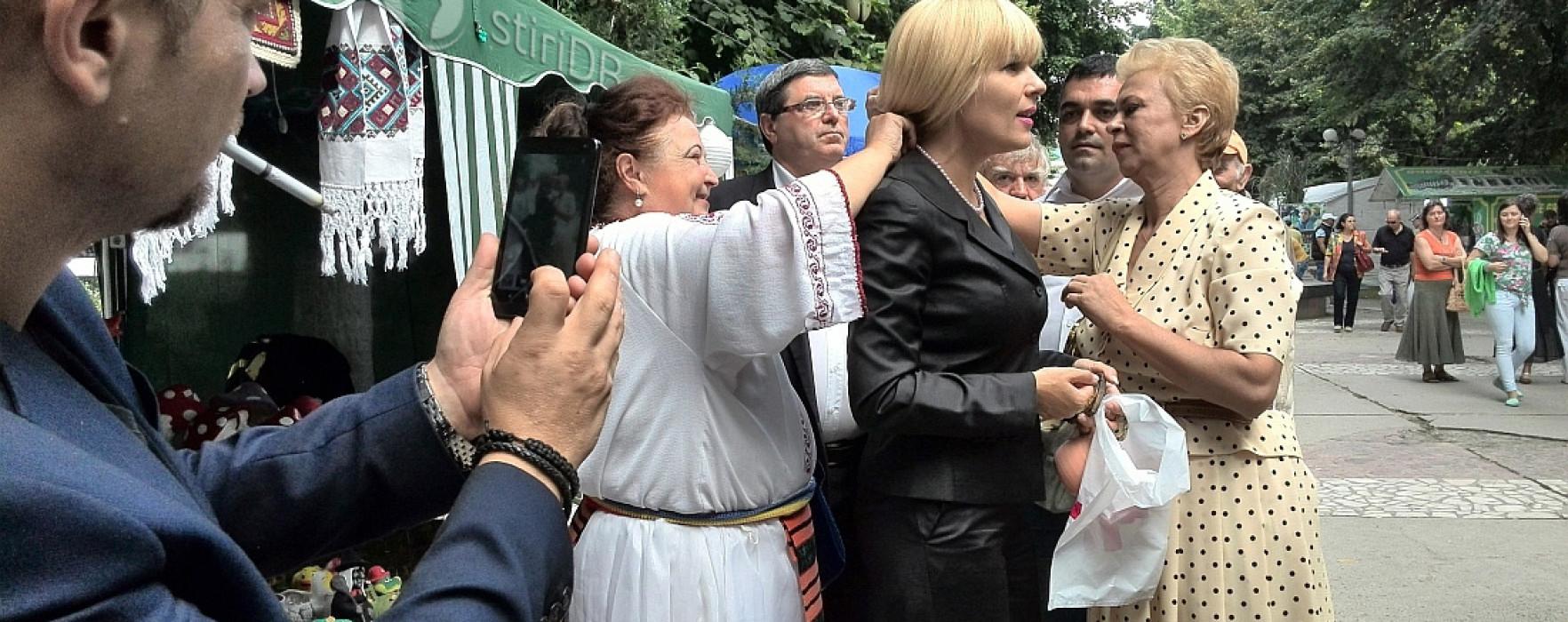 Elena Udrea, la Târgovişte: Grijă să nu spargem oglinda că nu mă mai mărit şapte ani