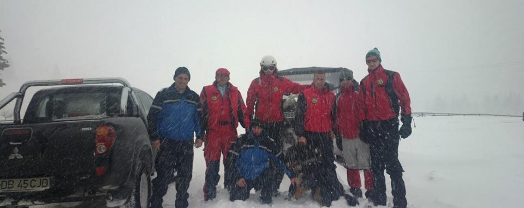 Turiştii de la Padina-Peştera ajutaţi de salvamontişti şi jandarmi să coboare din munte