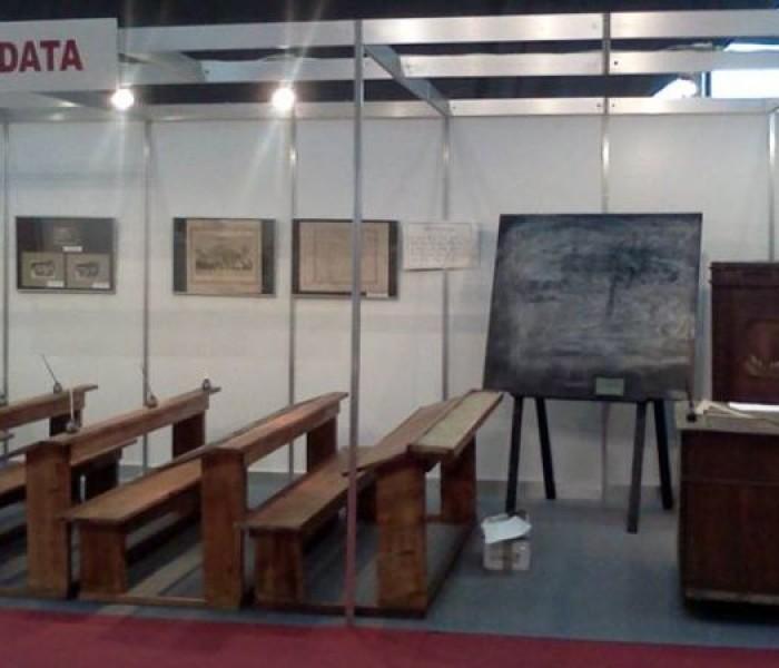 """Sală de clasă din secolul XIX, reconstituită de Complexul """"Curtea Domnească"""" Târgovişte, la târgul de carte Gaudeamus"""