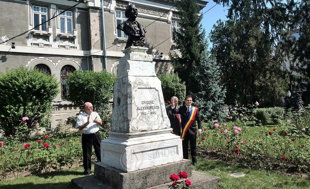 sedinta-festiva-statuie