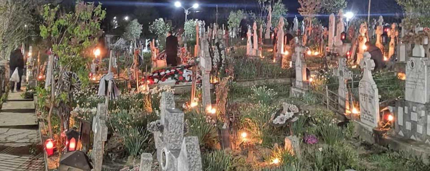 Dâmboviţa: Voluntarii Parohiei Şotânga au aprins lumânări în cimitir în noaptea de Înviere