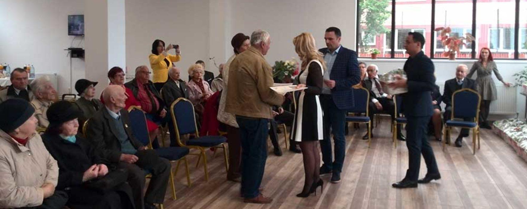 Târgovişte: Daruri pentru cuplurile care au împlinit 50 de ani de căsătorie şi veteranii de război