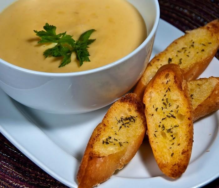 Citeşte cu poftă! – Supă de cartofi cu pâine prăjită şi usturoi