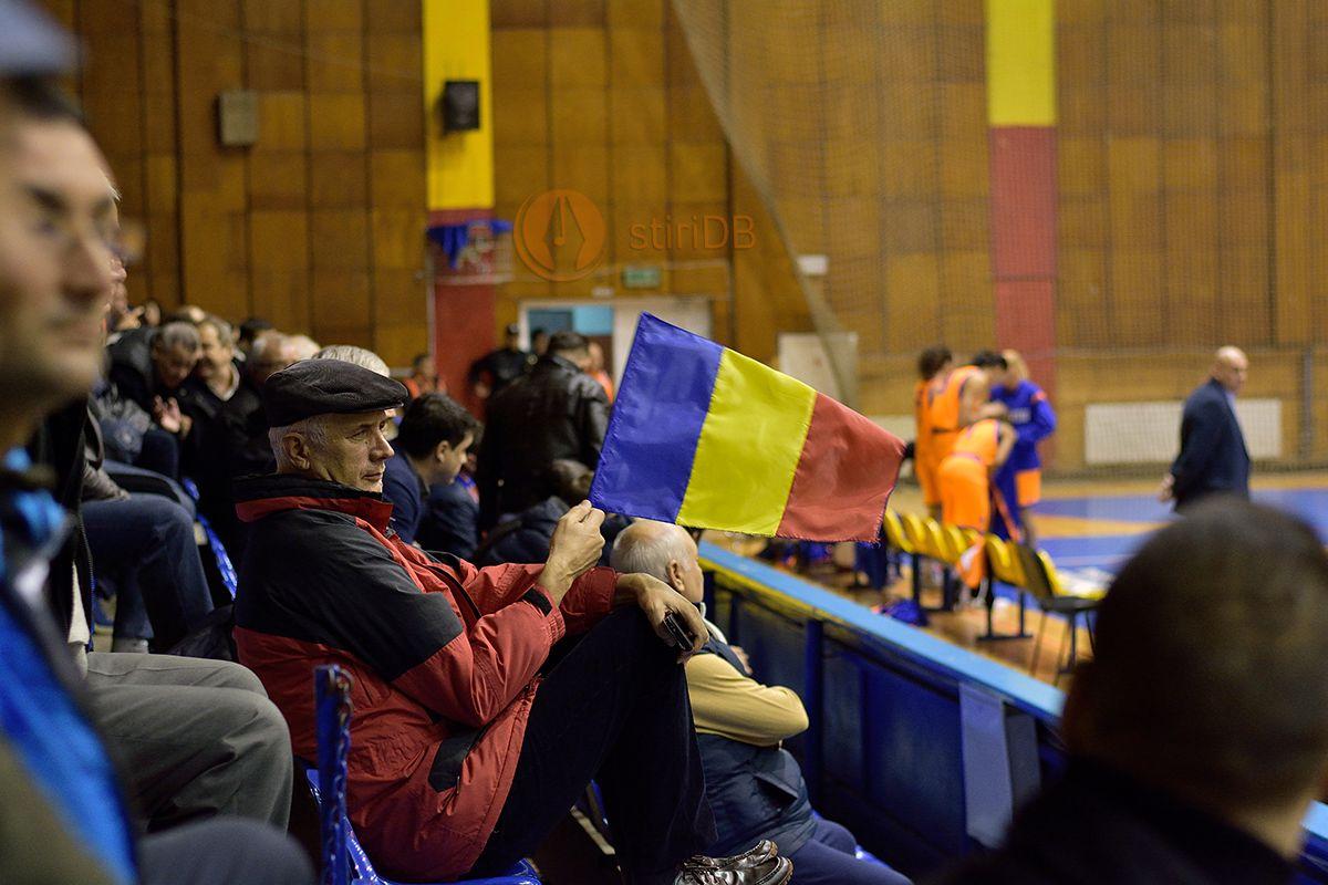 suporter targovistean la partida de baschet feminin CSM Târgoviște - Sepsi Sf. Gheorghe (2 decembrie 2015)