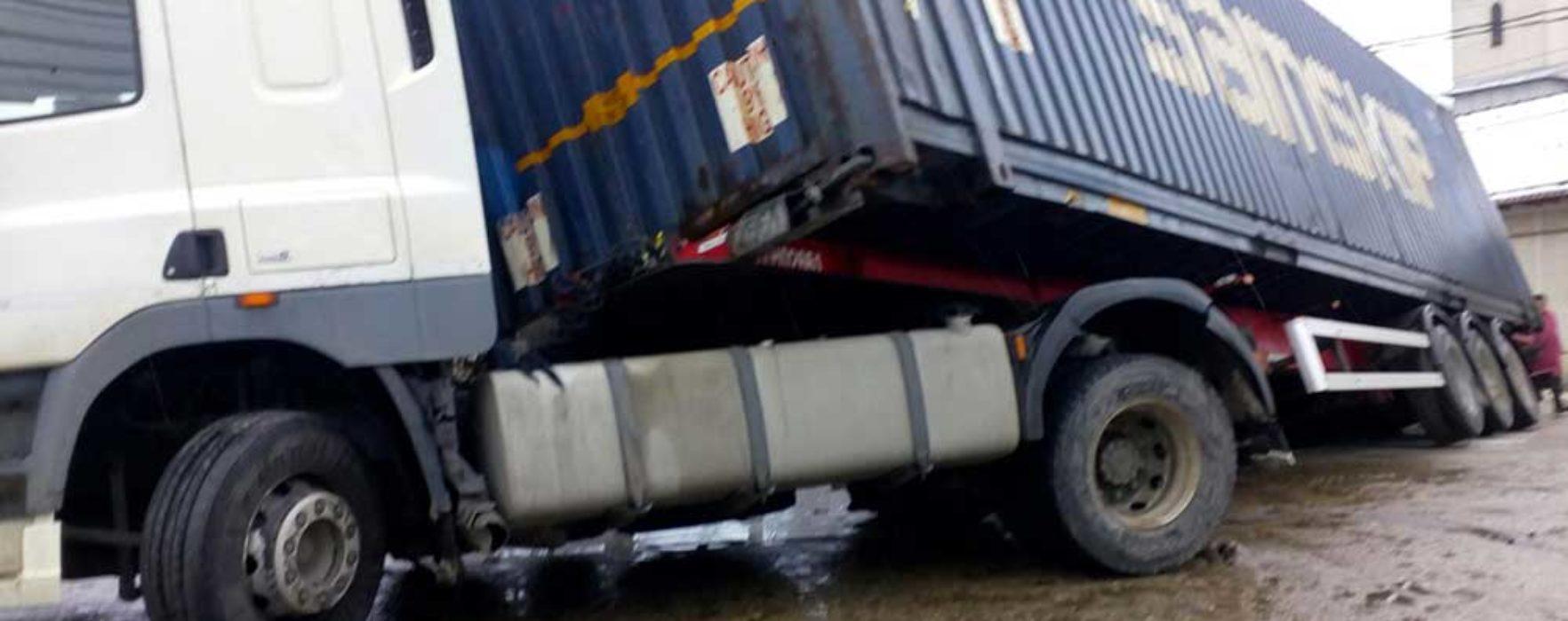 Dâmboviţa: Circulaţia pe DJ 712 este blocată în zona Brăneşti, după ce un TIR s-a răsturnat