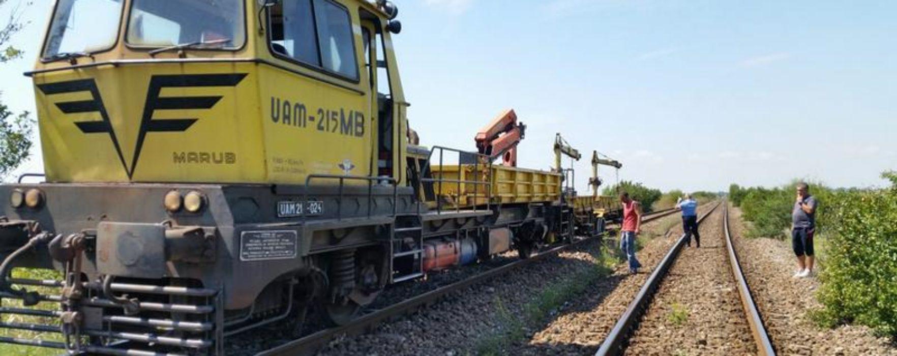 Dâmboviţa: Utilaj CFR deraiat în zona Titu, două persoane rănite