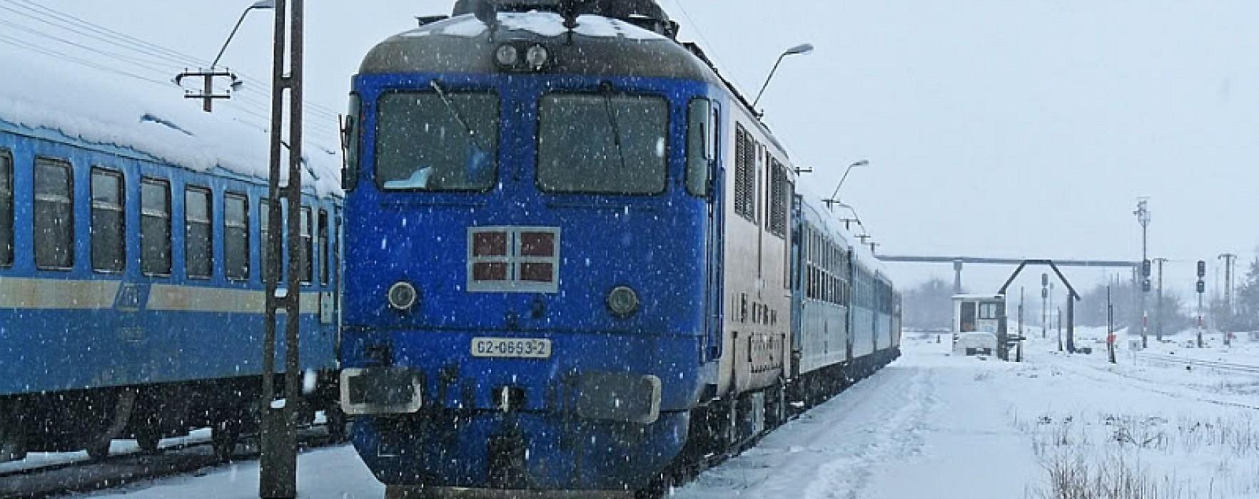 Două trenuri, blocate în gări, la Titu şi Ciocăneşti
