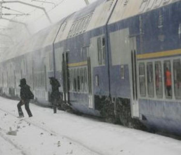 Pasagerii din trenul blocat la Nucet vor fi preluaţi de autobuze