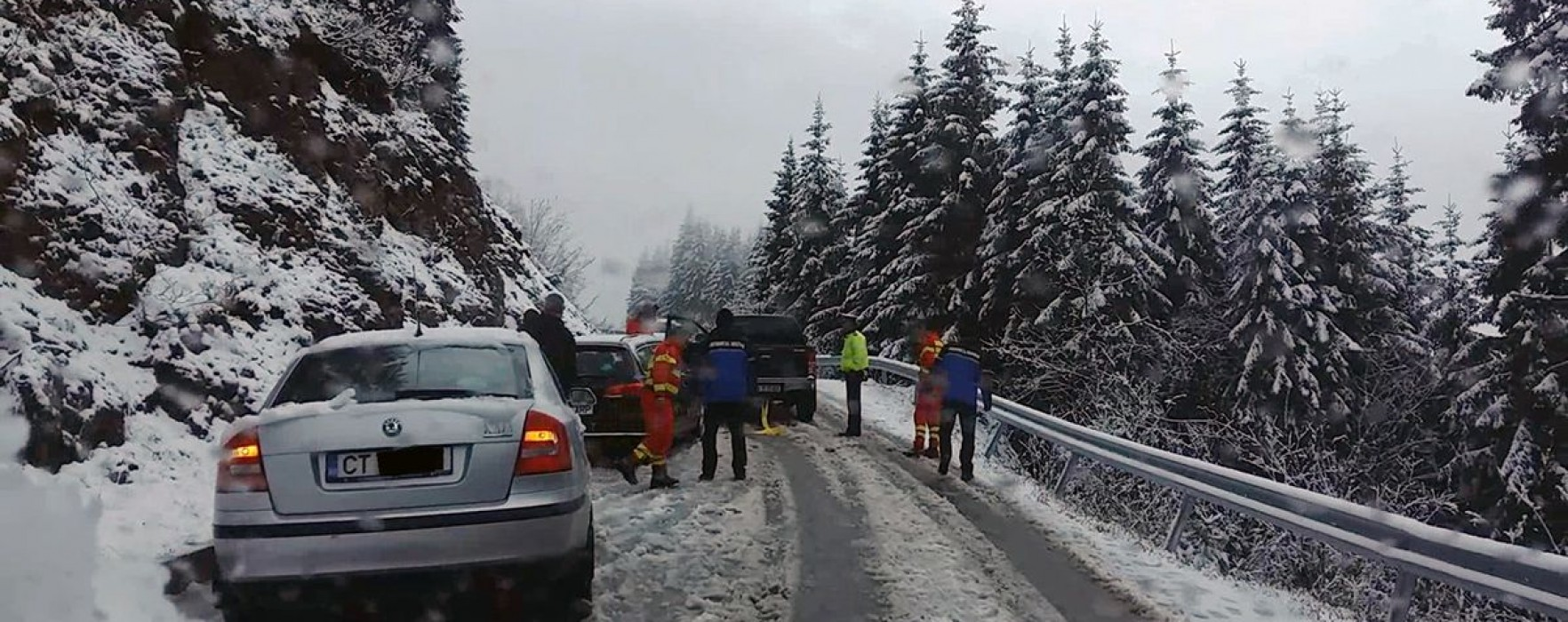 Dâmboviţa: Mai multe maşini, blocate din cauza drumurilor înzăpezite