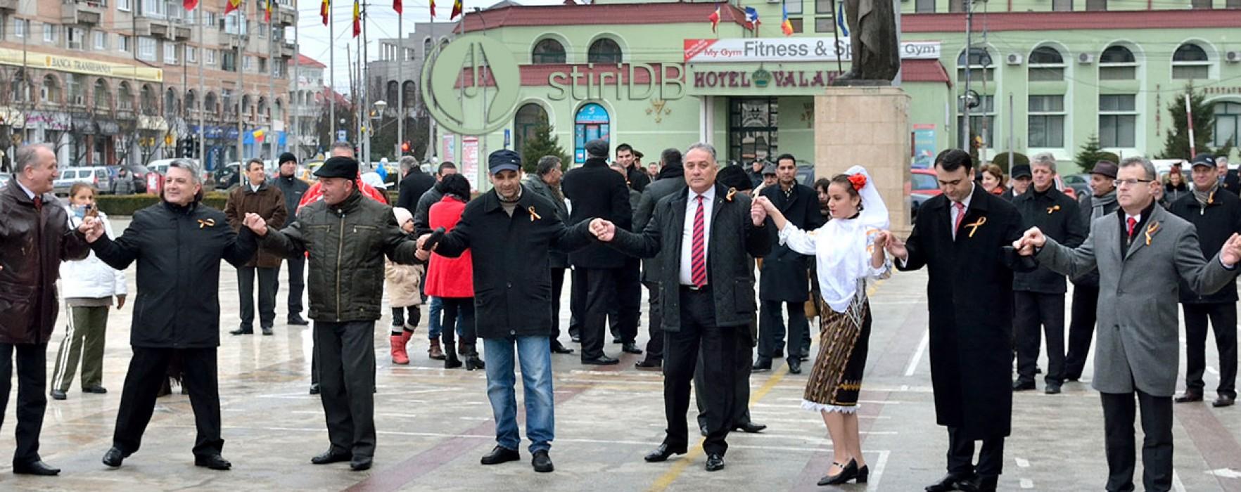 Târgoviştenii s-au prins în horă cu autorităţile de Ziua Unirii (foto)