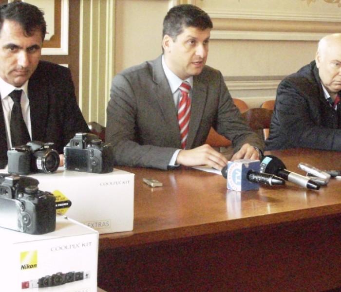 IPJ Dâmboviţa, dotat cu aparate foto performante de către Primăria Târgovişte, prin Poliţia Locală